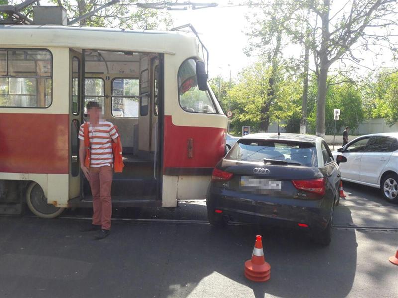 В Одессе столкнулись авто и трамвай