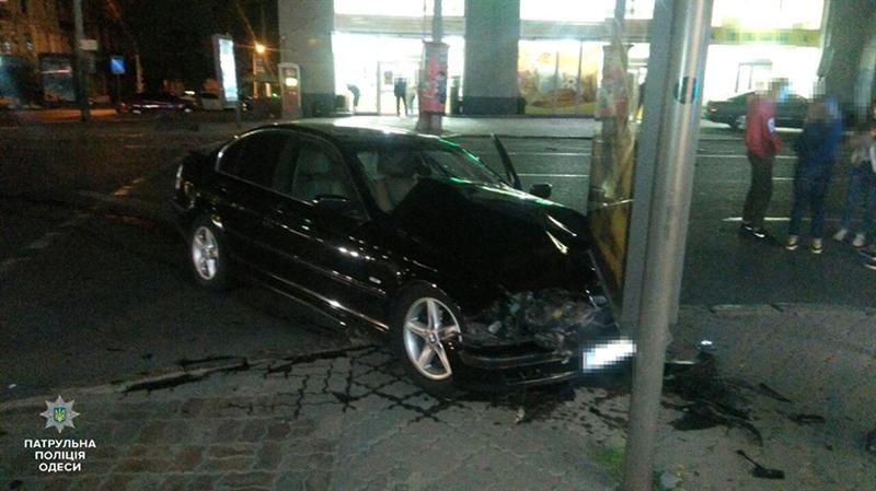 Рано утром в центре Одессы Lexus и BMW не поделили дорогу